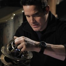 Eddie McClintock in una scena dell'episodio Claudia di Warehouse 13