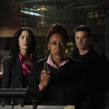 Eddie McClintock , Joanne Kelly e CCH Pounder in una scena dell'episodio Claudia di Warehouse 13