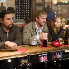 Gregory Cruz, Kenneth Johnson ed Holly Hunter in una scena dell'episodio What Would You Do? di Saving Grace