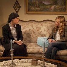 Holly Hunter e Mayim Bialik in una scena dell'episodio Moooooooo di Saving Grace