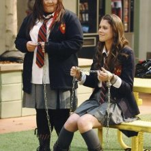 Jolene Purdy e Lindsey Shaw in una scena dell'episodio Don't Leave Me This Way di 10 Things I Hate About You