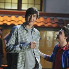 Nicholas Braun e Kyle Kaplan in una scena dell'episodio Light My Fire di  10 Things I Hate About You