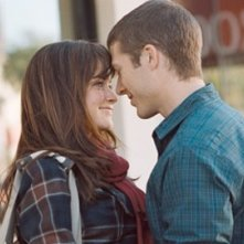 Alexis Bledel e Zach Gilford in una romantica immagine del film Post Grad