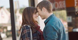 Alexis Bledel e Zach Gilford in una romantica immagine del film Post Grad