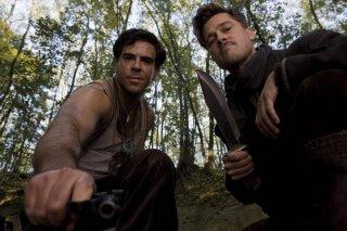 Eli Roth e Brad Pitt in una scena di Inglourious Basterds