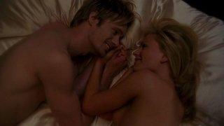 Il vampiro Eric (Alexander Skarsgård) e Sookie (Anna Paquin) si coccolano nudi in una scena da sogno dell'episodio 'I Will Rise Up' della serie True Blood