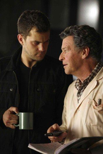 John Noble e Joshua Jackson nell'episodio A New Day in the Old Town di Fringe