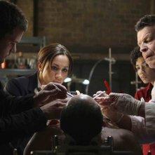 John Noble, Meghan Markle e Joshua Jackson in una scena della premiere della stagione 2 di Fringe