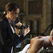 Meghan Markle in una scena dell'episodio A New Day in the Old Town di Fringe