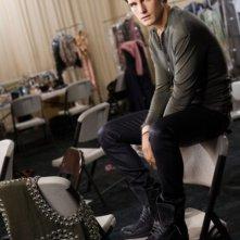 Nico Tortorella è Kai in una foto promozionale di The Beautiful Life