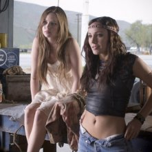 Daveigh Chase e Briana Evigan in una scena del film S. Darko