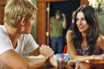 Jessica Lowndes e Trevor Donovan in una scena dell'episodio To New Beginnings di 90210
