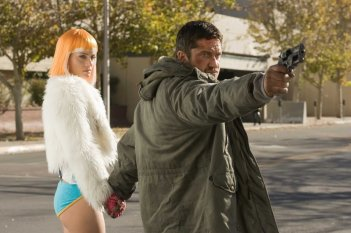 Amber Valletta e Gerard Butler in una scena del film Gamer