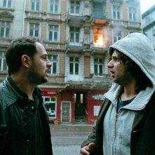 Moritz Bleibtreu e Adam Bousdoukos in una scena del film Soul Kitchen di Fatih Akin