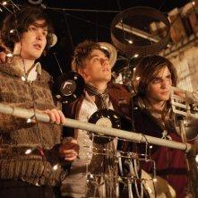 Johnny White, Mike Pearce e Robert Pattinson in una scena del film How To Be