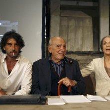 Luca Lionello, Arnoldo Foà e Lucia Poli in una scena del film Le ombre rosse