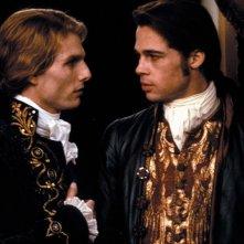 Lestat de Lioncourt (Tom Cruise) con Louis de Pointe du Lac (Brad Pitt) in una scena del film Intervista con il vampiro