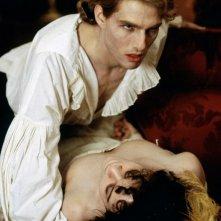 Lestat (Tom Cruise) e una sua vittima in una scena del film Intervista con il vampiro