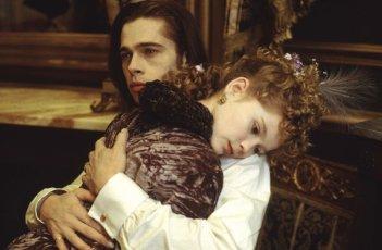 Louis (Brad Pitt) abbraccia la piccola Claudia (Kirsten Dunst) in una scena del film Intervista con il vampiro