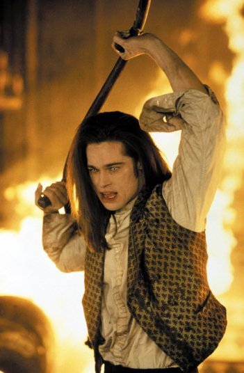 Louis (Brad Pitt), impazzito, da fuoco alla sua casa in una scena del film Intervista con il vampiro