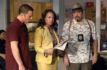 Desmond Harrington, Lauren Velez e David Zayas in una scena della stagione 4 di Dexter
