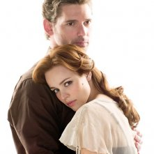 Eric Bana abbraccia Rachel McAdams in una foto promo per il film The Time Traveler's Wife