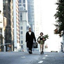 Jean Reno e Natalie Portman in strada in una scena del film 'Leon: The Professional'