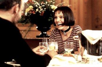 Jean Reno e una sorridente Natalie Portman in una scena del film Leon