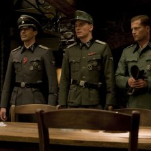 Til Schweiger, Gedeon Burkhard e Michael Fassbender in una scena del film Bastardi senza gloria