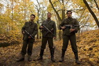 Til Schweiger, Samm Levine e Eli Roth in una scena del film Bastardi senza gloria