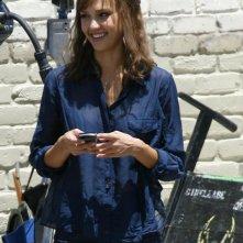 Una sorridente Jessica Alba sul set di Machete, di Robert Rodriguez