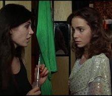 Barbara Magnolfi e Jessica Harper in una sequenza del film Suspiria ( 1977 )