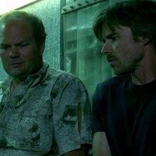 Il detective Andy Bellefleur (Chris Bauer) e Sam Merlotte (Sam Trammell) in una scena dell'episodio 'New World In My View' della serie True Blood