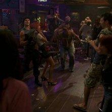 Jason (Ryan Kwanten) prende in ostaggio Arlene (Carrie Preston) in una scena dell'episodio 'New World In My View' della serie True Blood