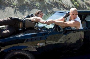 Michelle Rodriguez e Vin Diesel in una scena del film Fast and Furious - Solo parti originali