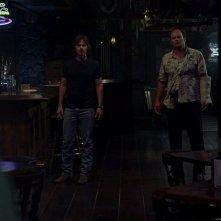 Sam Merlotte (Sam Trammell) e il detective Andy Bellefleur (Chris Bauer) in una scena dell'episodio 'New World In My View' della serie True Blood