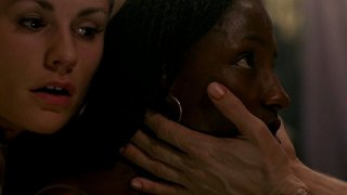 Sookie (Anna Paquin) e Tara (Rutina Wesley) finalmente tornata in sé in una scena dell'episodio 'New World In My View' della serie True Blood