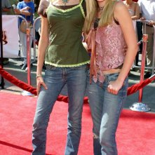 Le sorelle Alyson e Amanda Michalka alla premiere del film 'Thunderbirds' a Los Angeles nel 2004