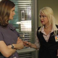 Cyndi Lauper ed Emily Deschanel in una scena della premiere della stagione 5 di Bones