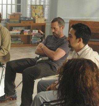 Hugh Laurie e Lin-Manuel Miranda in una scena della premiere della sesta stagione di Dr. House: Medical Division