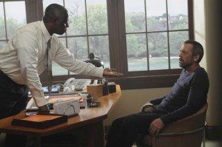 Hugh Laurie  in una scena tratta da Broken, sesta stagione di Dr. House: Medical Division