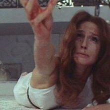 Eva Renzi nella scena iniziale del film L\'uccello dalle piume di cristallo (1970)