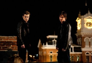 Paul Wesley e Ian Somerhalder in una scena dell'episodio Night of the Comet di The Vampire Diaries