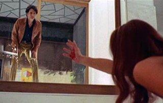 Tony Musante ed Eva Renzi in una scena del film L\'uccello dalle piume di cristallo (1970)