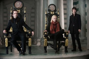 Michael Sheen (Aro), Jamie Campbell Bower (Caius) e Cameron Bright (Alec) in una scena del film Twilight: New Moon
