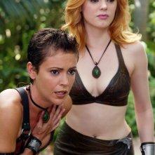 Phoebe (Alyssa Milano) e Paige (Rose McGowan) in una scena dell'episodio 'L'isola delle guerriere' di Streghe