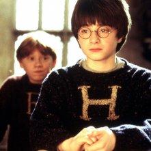 Daniel Radcliffe con alle spalle Rupert Grint in una scena di Harry Potter e la Pietra Filosofale