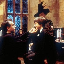 Daniel Radcliffe, Maggie Smith e Chris Columbus sul set del film Harry Potter e la pietra filosofale