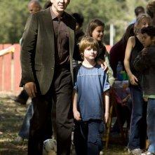 Nicolas Cage e Chandler Canterbury in una scena del film Segnali dal futuro