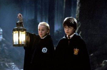 Tom Felton e Daniel Radcliffe in una scena del film Harry Potter e la Pietra Filosofale